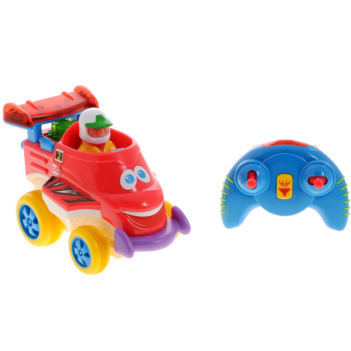"""Развивающая игрушка Kiddieland """"Юный гонщик"""" со звуковыми и световыми эффектами обязательно понравится юному гонщику. Машинка работает в двух режимах: от пульта дистанционного управления и без него. При нажатии на рычажки пульта эта маленькая машинка будет двигаться вперед, назад, поворачивать влево и вправо, на кнопку сигнала - раздается характерный звук. Если нажать на фигурку водителя или на руль, раздадутся звуки мотора. Пульт удобно держать в маленьких ручках. Игрушка развивает мелкую моторику, мышление, зрительное и звуковое восприятие, повышает двигательную активность малышей. Рекомендуемый возраст: от 18 месяцев. Питание: 4 батарейки типа АА, 3 батарейки типа ААА (входят в комплект)."""