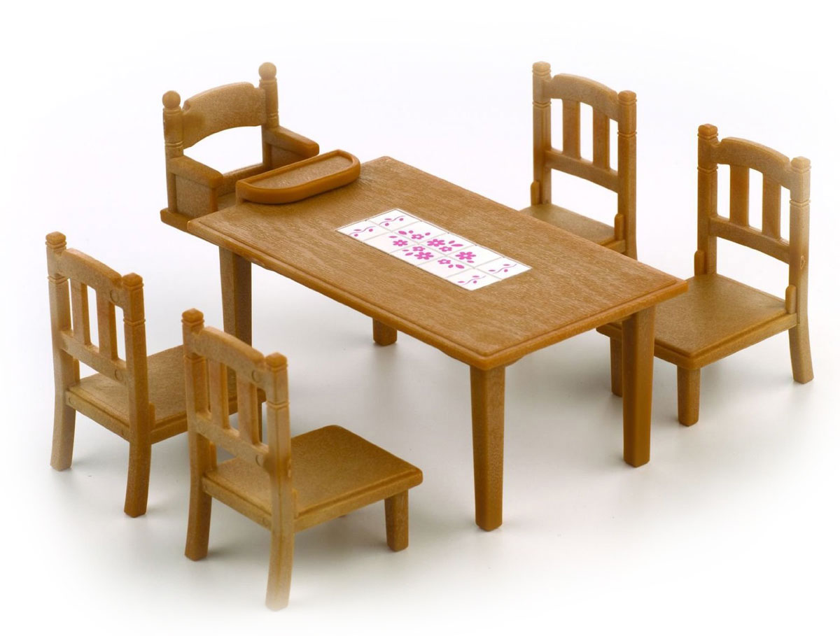 """Игровой набор """"Обеденный стол с пятью стульями"""" привлечет внимание вашего ребенка и станет отличным подарком для поклонников жителей чудесной страны Sylvanian Families. В комплект входит обеденный стол, четыре больших стула и один маленький стул. Фигурки в комплект не входят! Компания была основана в 1985 году, в Японии. """"Sylvanian Families"""" очень популярен в Европе и Азии, и, за долгие годы существования, компания смогла добиться больших успехов. 3 года подряд в Англии бренд """"Sylvanian Families"""" был признан """"Игрушкой Года"""". Сегодня у героев """"Sylvanian Families"""" есть собственное шоу, полнометражный мультфильм и сеть ресторанов, работающая по всей Японии. """"Sylvanian Families"""" - это целый мир маленьких жителей, объединенных общей легендой. Жители страны """"Sylvanian Families"""" - это кролики, белки, медведи, лисы и многие другие. У каждого из них есть дом, в котором есть все необходимое для счастливой жизни. В городе, где живут герои, есть школа, больница, рынок,..."""