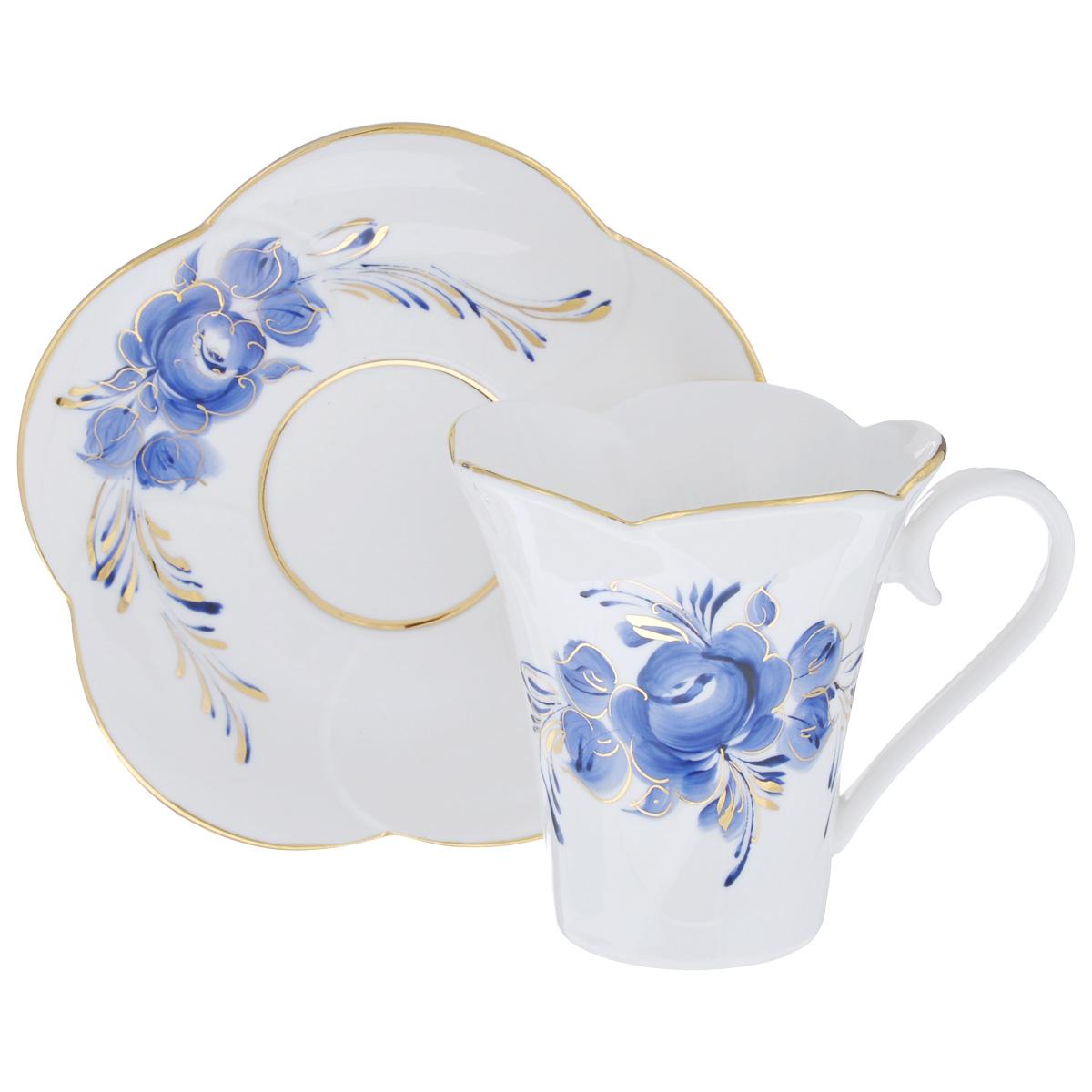 Чайная пара Пион, цвет: белый, синий, золотой, 2 предмета. 99516151054 009312Чайная пара Пион состоит из чашки и блюдца, изготовленных из фарфора белого цвета, и расписаны вручную. Яркий дизайн, несомненно, придется вам по вкусу.Чайная пара Пион украсит ваш кухонный стол, а также станет замечательным подарком к любому празднику.Не применять абразивные чистящие средства. Не использовать в микроволновой печи. Мыть с применением нейтральных моющих средств. Не рекомендуется использовать в посудомоечных машинах.Объем чашки: 200 мл.Диаметр чашки по верхнему краю: 8,5 см.Диаметр основания: 4,5 см.Высота чашки: 9 см.Диаметр блюдца: 14 см.