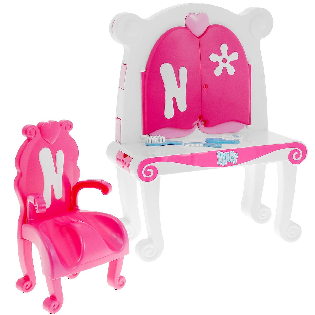 """Туалетный столик Famosa """"Нэнси"""", выполненный из качественного пластика, непременно порадует маленькую красавицу. В набор входит туалетный столик с зеркалом, стульчик и аксессуары для куклы Нэнси в виде двух расчесок, небольшого зеркальца и ключика. Туалетный столик оборудован всем необходимым для куколки: множество шкафчиков, зеркало, которое можно открывать и закрывать на ключик. Благодаря играм, в которых ребенок придумывает различные сюжеты, развивается воображение и творческие способности. Игровой набор станет отличным подарком для юной модницы."""