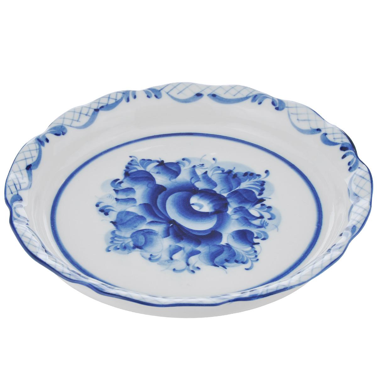 Сухарница Идиллия, цвет: белый, синий, 19 см х 19 см х 3 смVT-1520(SR)Сухарница Идиллия выполнена из высококачественной керамики и украшена легкой росписью кобальтом, которая сочетает простые линии и орнаменты с красивыми цветочными узорами. Сухарница  Идиллия  доставит истинное удовольствие ценителям прекрасного. Яркий дизайн, несомненно, придется вам по вкусу. Гжель - один из традиционных российских центров производства керамики и известный народный художественный промысел России. Производят изделия в Московской области, в обширном районе из 27 деревень, называемых Гжельский куст. Профессиональные мастера сохраняют традиции росписи и создают истинные шедевры. Ей характерна изящная роспись в синих тонах на белом фоне. Традиционными считаются изображения птиц, цветов и узоров. Уважаемые клиенты! Обращаем ваше внимание, что роспись на изделие сделана вручную. Рисунок может немного отличаться от изображения на фотографии.