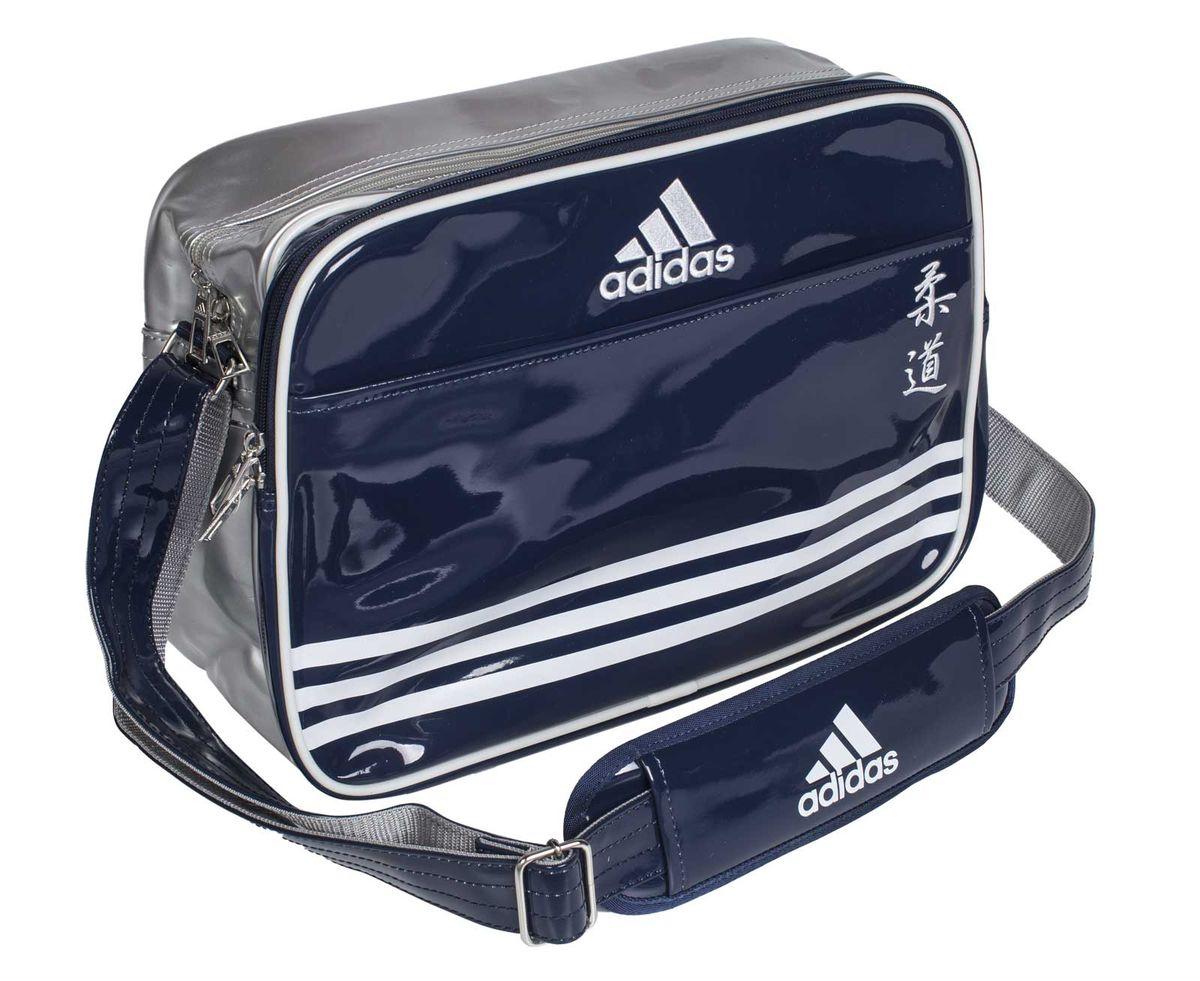 Сумка спортивная Adidas Sports Carry Bag Judo, цвет: синий, серебристый, белый. Размер S6166344505Спортивная сумка Adidas Sports Carry Bag Judo изготовлена из искусственной кожи. На передней стороне сумки вышиты иероглифы Judo. Она предназначена для переноски и хранения спортивного инвентаря и других нужных для занятия спортом предметов. Сумка состоит из 1 большого отделения и 2 внешних карманов. Имеет удобный плечевой ремень.