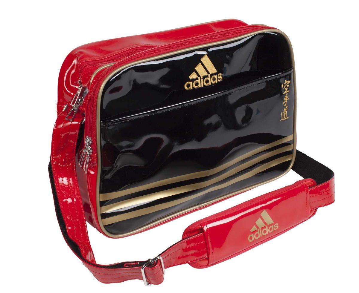 Сумка спортивная Adidas Sports Carry Bag Karate, цвет: черный, красный, золотой. Размер S1092238Спортивная сумка Adidas Sports Carry Bag Karate изготовлена из искусственной кожи. На передней стороне сумки вышиты иероглифы Karate. Она предназначена для переноски и хранения спортивного инвентаря и других нужных для занятия спортом предметов. Сумка состоит из 1 большого отделения и 2 внешних карманов. Имеет удобный плечевой ремень.