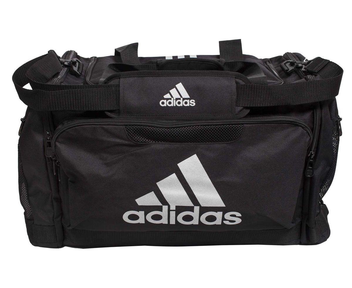 Сумка спортивная Adidas Nylon Team Bag Boxing, цвет: черный. Размер МГризлиСпортивная сумка Adidas Nylon Team Bag Boxing изготовлена из полиэстера. Лицевая сторона сумки оформлена оригинальным принтом. Она предназначена для переноски и хранения спортивного инвентаря и других нужных для занятия спортом предметов. Сумка состоит из 1 большого отделения и 3 внешних карманов. Имеет удобный плечевой ремень.