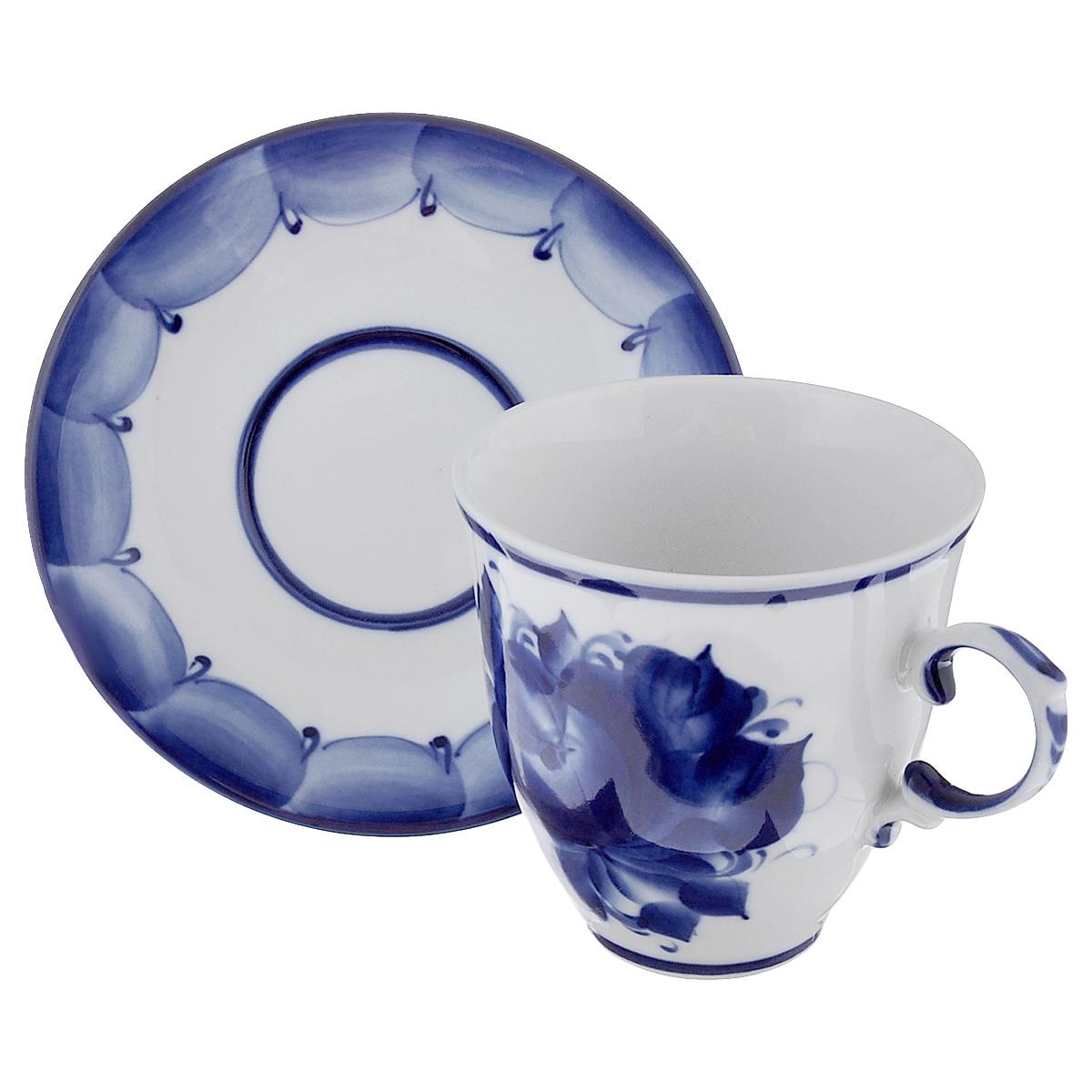 Чайная пара Чародейка, цвет: белый, синий, 2 предмета115510Чайная пара Чародейка выполнена из высококачественной керамики, состоит из чашки и блюдца оформленных гжельской росписью. Яркий дизайн, несомненно, придется вам по вкусу.Чайная пара Чародейка украсит ваш кухонный стол, а также станет замечательным подарком к любому празднику.Гжель - один из традиционных российских центров производства керамики и известный народный художественный промысел России. Производят изделия в Московской области, в обширном районе из 27 деревень, называемых Гжельский куст. Профессиональные мастера сохраняют традиции росписи и создают истинные шедевры. Ей характерна изящная роспись в синих тонах на белом фоне. Традиционными считаются изображения птиц, цветов и узоров. Обращаем ваше внимание, что роспись на изделие сделана вручную. Рисунок может немного отличаться от изображения на фотографии.Объем чашки: 250 мл.Диаметр чашки по верхнему краю: 9 см.Диаметр дна чашки: 4,5 см.Высота чашки: 9 см.Диаметр блюдца: 14,5 см.