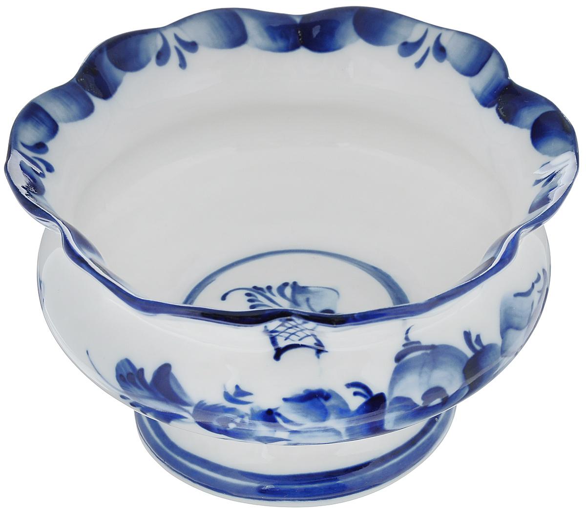 Ваза для варенья Идиллия2с, диаметр 12 см23815Ваза для варенья Идиллия выполнена из высококачественной керамики и оформлена гжелью. Емкость оснащена волнистыми краями и, несомненно, понравится любителям классического стиля.Такая ваза украсит ваш праздничный или обеденный стол, а яркое оформление понравится любой хозяйке.Уважаемые клиенты!Обращаем ваше внимание, что роспись на изделии выполнена вручную. Рисунок может немного отличаться от изображения на фотографии.Диаметр (по верхнему краю): 12 см.Высота: 7 см.