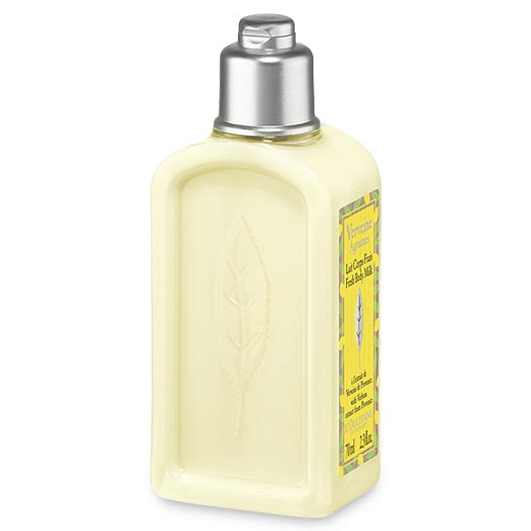 LOccitane Освежающее молочко для тела Вербена-Цитрус 250 млFS-00897Освежающее молочко для тела дарит приятное ощущение комфорта и заряжает энергией, все оттенки свежести присутствуют в этом коктейле из цитрусовых фруктов и толченых листьев лимона. Бодрящая пикантная композиция, в состав которой входит органическая вербена из Прованса, а также грейпфрут и лимон из Средиземноморья, способна наполнить день яркими красками.