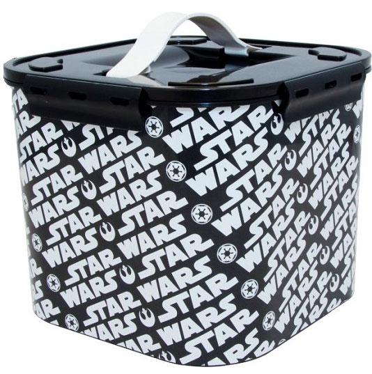 Контейнер для хранения Disney Звездные воины, цвет: черный, 7 лМ 2822-ЗЯркий, стильный декор изделия привлечет внимание покупателей и не оставит равнодушным армию поклонников всемирно известной киносагиВ каждом изделии имеется дополнительный цветной вкладыш, который облегчает процесс хранения, поиска необходимого в контейнере.Изготовлены из пищевой пластмассы поэтому абсолютно безопасны для хранения продуктов, детских игрушек, канцелярских принадлежностей и др.Прочные ручки из эластопласта легко выдвигаются и убираются, когда это необходимо.Защелки крышки открываются/закрываются легко и надежно