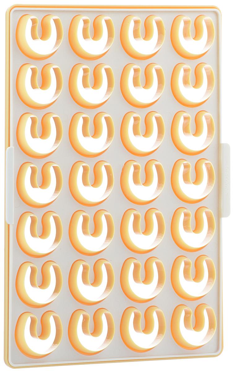 Форма для вырезания печенья Tescoma Delicia, 33 х 23 см 630890FS-91909Форма Tescoma Delicia изготовлена из первоклассного прочного пластика. Прекрасно подходит для быстрого приготовления печенья рогалики, одновременно можно вырезать вплоть до 28 штук. Форма имеет съемный вкладыш для удобства удаления остатков отрезанного теста. Рекомендуется для пряничного и песочного теста. Набор содержит руководство к использованию и рецепт. Можно мыть в посудомоечной машине. Размер элемента формы: 4 см х 3,6 см. Размер формы: 33 см х 23 см.