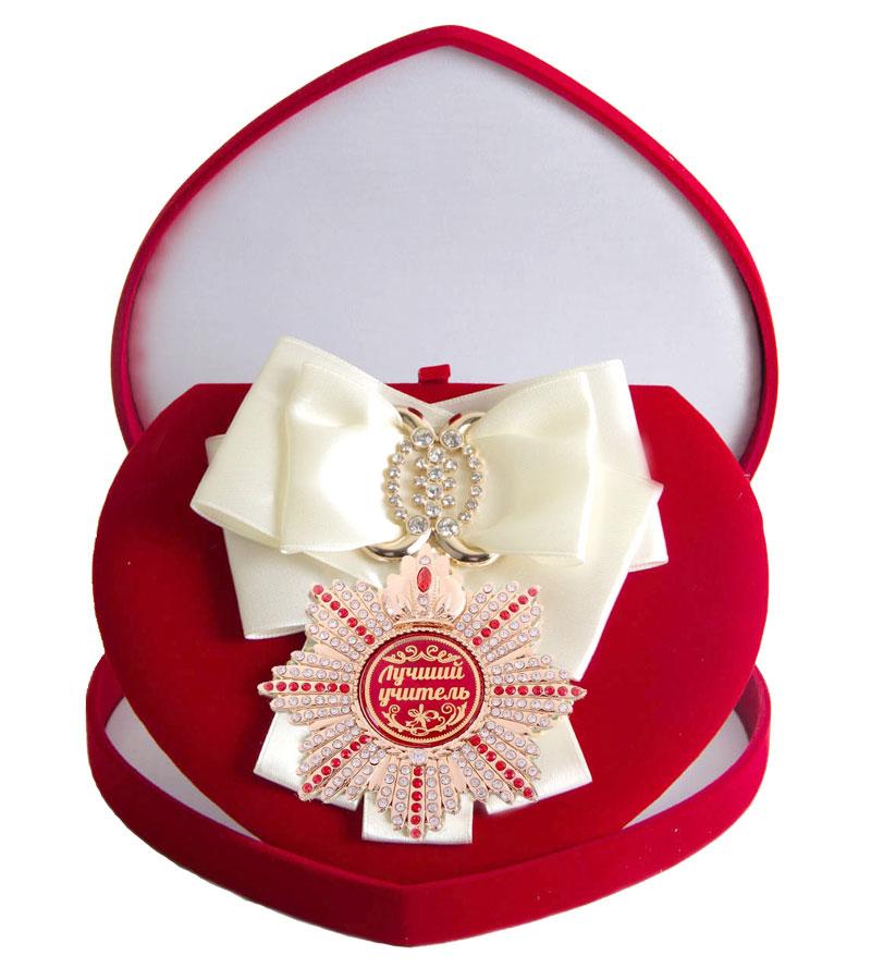 Орден Город Подарков Лучший учитель, цвет ленты: белый, в футляреRG-D31SХороший памятный подарок - большой подарочный орден на атласной ленте, украшенный стразами и упакованный в изящный бархатный футляр.