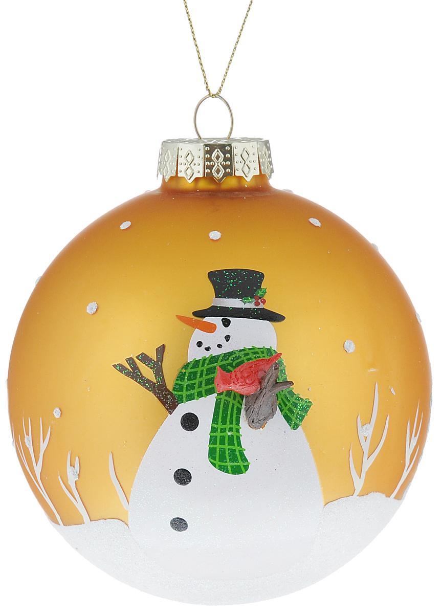 Новогоднее подвесное украшение Its a Happy Day Снеговик, цвет: золотистый, белый, диаметр 10 см65616Подвесное украшение Its a Happy Day Снеговик, выполненное из стекла, прекрасно подойдет для праздничного декора вашей ели. Оригинальное новогоднее украшение в виде шара оформлено объемным изображением снеговика и блестками. С помощью специальной текстильной петельки его можно повесить в любом понравившемся вам месте. Но, конечно, удачнее всего такая игрушка будет смотреться на праздничной елке. Елочная игрушка - символ Нового года и Рождества. Она несет в себе волшебство и красоту праздника. Создайте в своем доме атмосферу веселья и радости, украшая новогоднюю елку нарядными игрушками, которые будут из года в год накапливать теплоту воспоминаний.