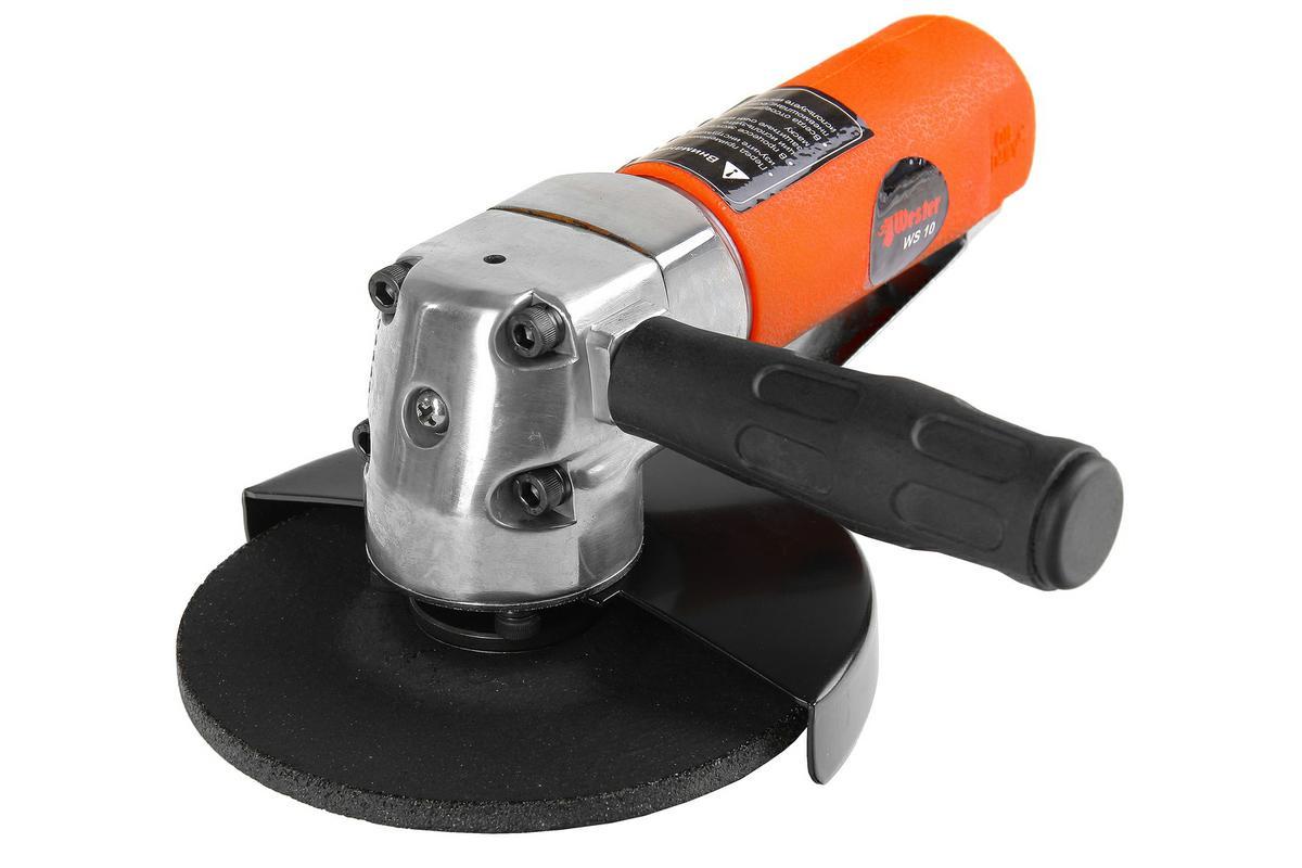 """Машина углошлифовальная Wester WS-100601292670Машина углошлифовальная Wester WS-10 используется для отрезных, зачистных и шлифовальных работ по металлу, керамике и камню. Рассчитана на интенсивный режим эксплуатации Преимущества: Эргономичный литой корпус обладает высокой теплопроводностью и надежно защищает внутренний механизм от повреждений, что увеличивает ресурс непрерывной работы и общий срок службыВозможность установки дисков стандарта 125*22 мм исключает сложности с поиском расходных материалов для УШМ Компактные размеры и малый вес существенно снижают утомляемость оператора, повышая производительность труда Антискользящее покрытие корпуса в сочетании с входящей в комплектацию дополнительной рукояткой обеспечивает надежное удержание инструмента в руках, делая работу максимально комфортной и безопасной Замена диска с помощью входящего в комплектацию ключа позволяет максимально надежно закрепить оснастку Защитный кожух с возможностью изменения его положения создаст дополнительную защиту при работе Комплектация: Маслёнка 15 мл, 1 шт. Евроадаптер 1/4"""",1 шт. Шлифовальный диск 125 мм, 1 шт. Ключ для фланца 1 шт.Ключ рожковый 12 мм ,1 шт.Ключ торцевой 4 мм, 1 шт. Инструкция по эксплуатации 1 шт. Диаметр диска: 125 мм (5) Размер шпинделя: 22,2 мм Частота вращения холостого хода: 10000 об/мин Средний расход воздуха: 140 л/мин Рабочее давление: 6,5 бар Внутренний диаметр шланга (при длине до 8 м): 3/8 Масса: 1,3 кг Уровень шума: 83,7 дБ Уровень вибрации на рукоятке 1,44 м/с2"""