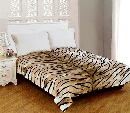 Плед Amore Mio Tiger, цвет: молочный, кочневый, черный, 180 см х 230 смБрелок для ключейМягкий, теплый и уютный плед Amore Mio Tiger изготовлен из фланели (100% полиэстер). Благодаря своей структуре плед отлично удерживает тепло, не накапливает статическое электричество. Фланель - мягкий материал, гипоаллергенен и экологичен. Благодаря уникальной технологии окрашивания, плед прекрасно отстирывается, не линяет и не скатывается. Изделие легко стирается, быстро сохнет и практически не мнется.