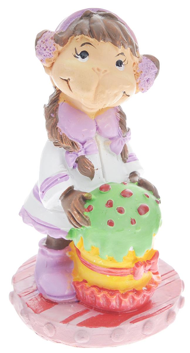 Фигурка декоративная Обезьянка с тортом, высота 7,6 смK100Новогодняя декоративная фигурка Обезьянка с тортом станет оригинальным подарком для всех любителей стильных вещей. Сувенир выполнен из высококачественной полирезины в виде обезьяны с тортом. Изысканный сувенир станет прекрасным дополнением к интерьеру. Вы можете поставить фигурку в любом месте, где она будет удачно смотреться и радовать глаз.