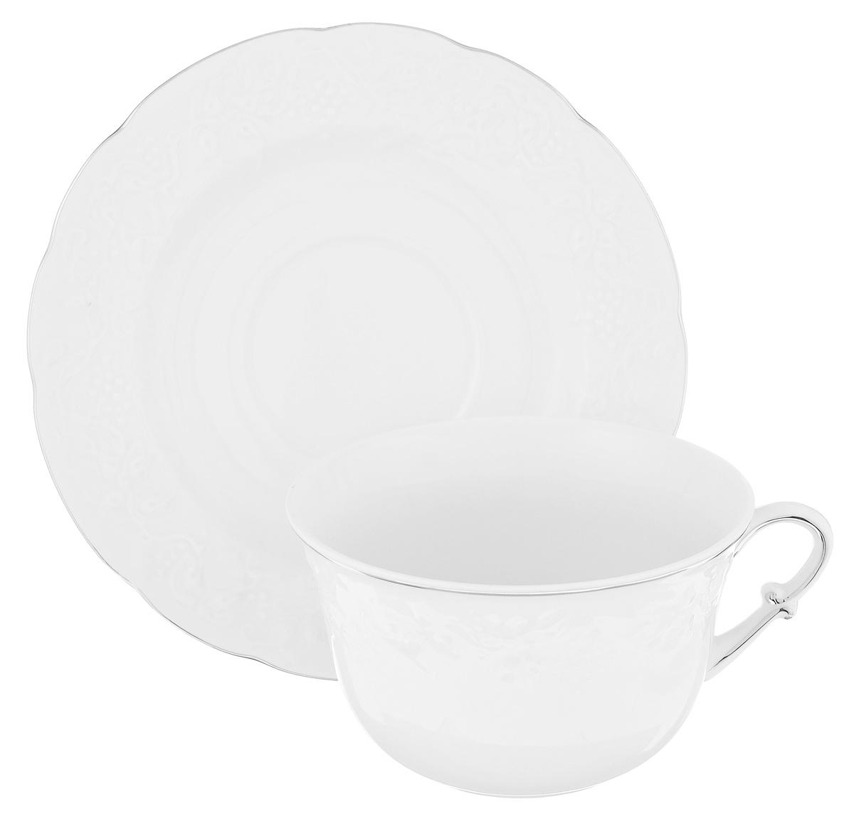 Чашка с блюдцем La Rose Des Sables Vendanges, цвет: белый, серебристый, 340 млVT-1520(SR)Чашка с блюдцем La Rose Des Sables Vendanges изготовлены из высококачественного фарфора и декорированы рельефным изображением цветов. Они прекрасно подойдут для вашей кухни и великолепно украсят стол.Изящный дизайн и красочность оформления чашки и блюдца придутся по вкусу и ценителям классики, и тем, кто предпочитает утонченность и изысканность. Объем кружки: 340 мл.Диметр кружки по верхнему краю: 11,5 см.Высота кружки: 7,5 см.Диаметр блюдца: 17,5 см.