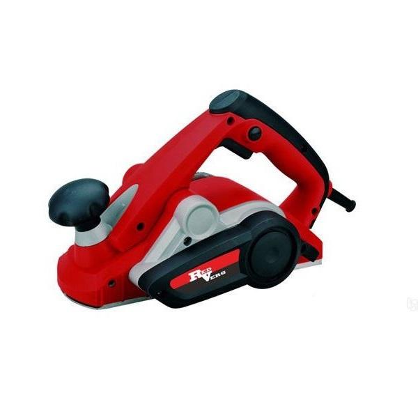 Рубанок RedVerg RD-P90-82кн710епКомпактный ручной электрический рубанок предназначен для строгания древесины при изготовлении различных элементов деревянных конструкций. Преимущества: Малый вес и хорошая балансировка - комфортная работа оператора даже одной рукой; Высокая скорость вращения барабана - идеальное качество обработки поверхности;Мощный электродвигатель 900 Вт - лёгкое строгание твёрдых пород древесины; Прорезиненная рукоятка - исключает проскальзывание руки и служит удобным захватом; Передняя рукоятка регулятор глубины строгания - точная регулировка от 0-3 мм с шагом 0,5 мм; 2 твёрдосплавных ножа стандартных размеров - такие же как и у большинства рубанков компании Bosch, DeWalt, Makita и др.