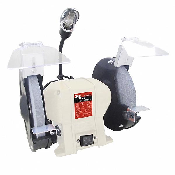 Станок заточной RedVerg RD-3220BLBWS-1400N BlueКомпактный заточной станок с диаметром заточного круга - 200 мм, предназначен для шлифовальных и заточных работ по металлу в частных гаражах, небольших мастерских и предприятий. Механизм подсветки, обеспечивает лучшую видимость при обработке металла. Надёжный мощный асинхронный двигатель обеспечит долгий срок службы заточного станка, а система защитных приспособлений (защитное стекло и металлический упор) обезопасит оператора от травм.