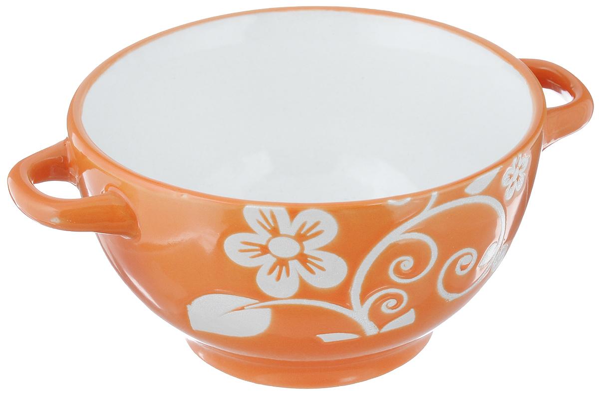 Салатница Wing Star, цвет: оранжевый, белый, диаметр 13,5 см115510Салатница Wing Star изготовлена из высококачественной керамики. Внешняя стенка украшенаизображениями цветов. Для удобства пользования изделие оснащено двумя ручками. Wing Star - качественная керамическая посуда из обожженной, глазурованнойснаружи и изнутри глины с оригинальными рисунками. При изготовлении данной посуды широко используется рельефный способ нанесениядекора, когда рельефная поверхность подготавливается в процессе формовки иизделие обрабатывается с уже готовым декором. Благодаря этому достигаетсяэффект неровного на ощупь рисунка, как бы утопленного внутрь глазури иявляющегося его естественным элементом. Яркая салатница станет украшением вашего стола и прекрасно подойдет дляиспользования, как дома, так и на даче или пикниках.Можно использовать в микроволновой печи и посудомоечной машине. Диаметр салатницы по верхнему краю: 13,5 см. Высота стенки: 7 см. Ширина салатницы с учетом ручек: 18 см.