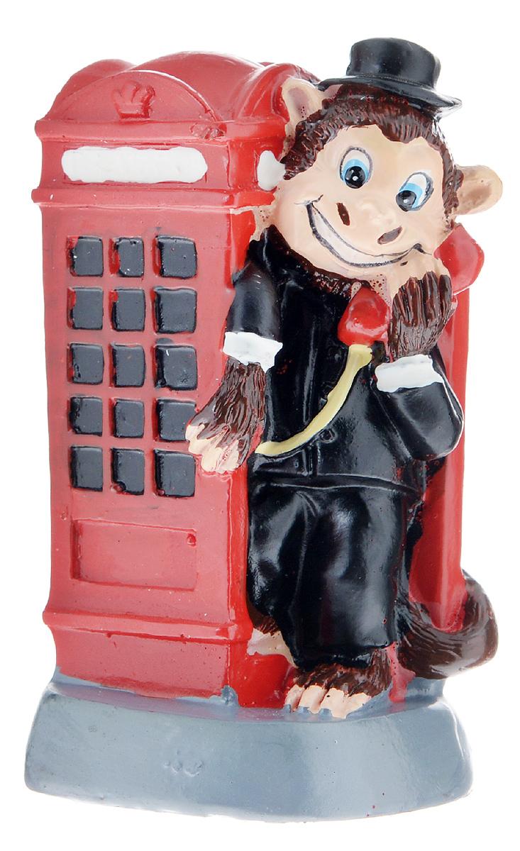 Фигурка декоративная Обезьяна-англичанин в телефонной будке, высота 8 см19201Декоративная фигурка Обезьяна-англичанин в телефонной будке станет оригинальным подарком для всех любителей стильных вещей. Сувенир выполнен из высококачественной полирезины в форме обезьяны в телефонной будке. Изысканный сувенир станет прекрасным дополнением к интерьеру. Вы можете поставить фигурку в любом месте, где она будет удачно смотреться и радовать глаз.