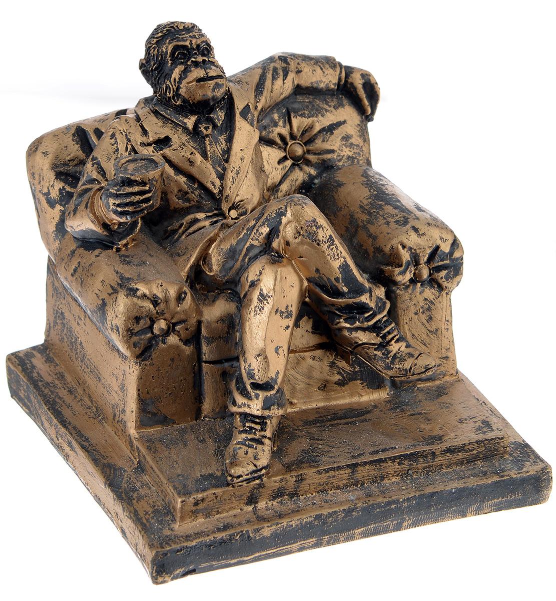 Фигурка декоративная Обезьяна в кресле, высота 9,8 см64504Декоративная фигурка Обезьяна в кресле станет оригинальным подарком для всех любителей стильных вещей. Сувенир выполнен из высококачественной полирезины в форме обезьяны в кресле. Изысканный сувенир станет прекрасным дополнением к интерьеру. Вы можете поставить фигурку в любом месте, где она будет удачно смотреться и радовать глаз.