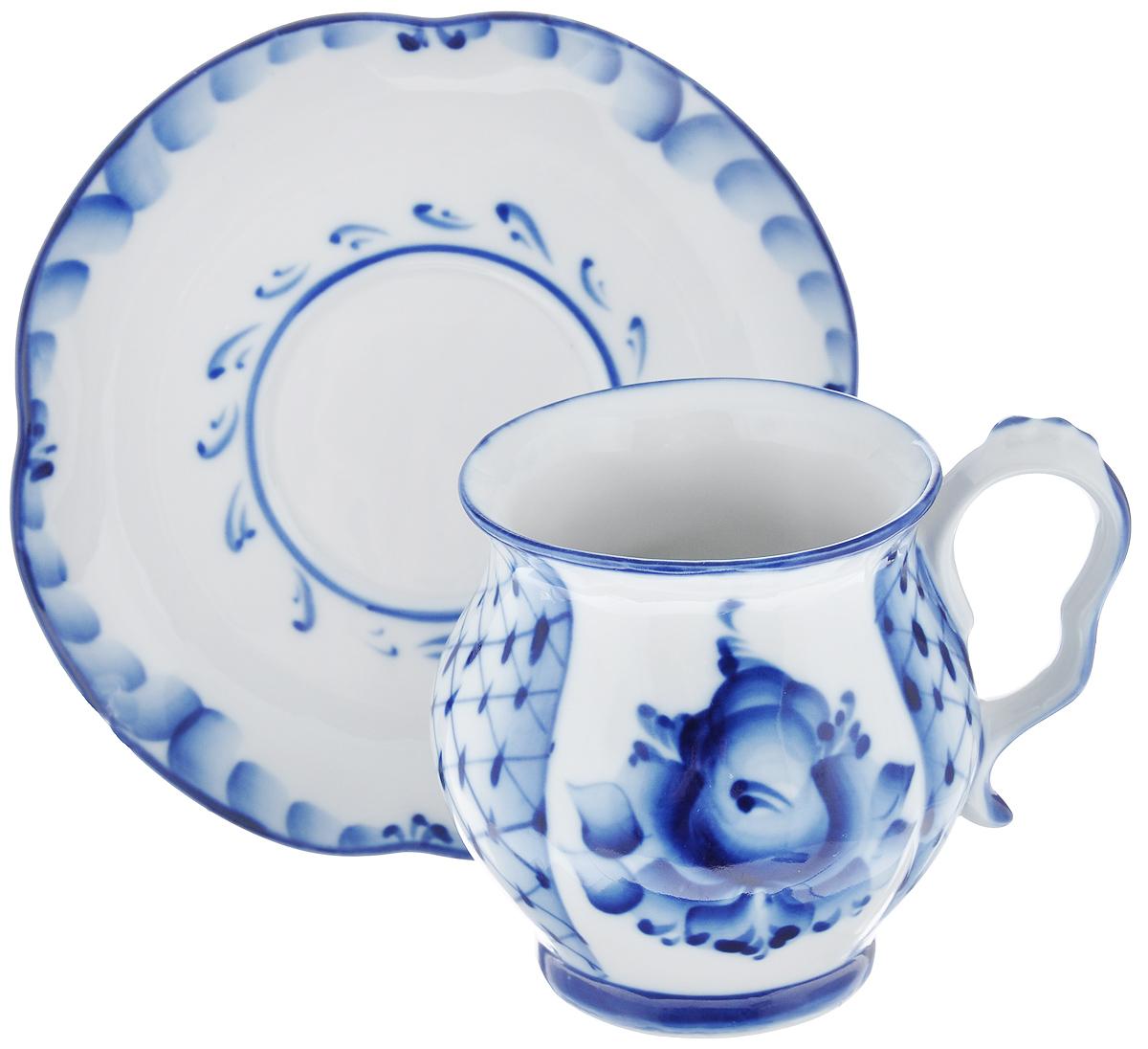 Чайная пара Голубая рапсодия, цвет: белый, синий, 2 предметаVT-1520(SR)Чайная пара Голубая рапсодия состоит из чашки и блюдца, выполненных из высококачественной керамики и оформленных гжельской росписью. Яркий дизайн, несомненно, придется вам по вкусу.Чайная пара Голубая рапсодия украсит ваш кухонный стол, а также станет замечательным подарком к любому празднику. Объем чашки: 300 мл.Диаметр чашки (по верхнему краю): 7,7 см.Диаметр дна чашки: 6 см.Высота чашки: 9,5 см.Диаметр блюдца: 15,5 см.Высота блюдца: 2,2 см.