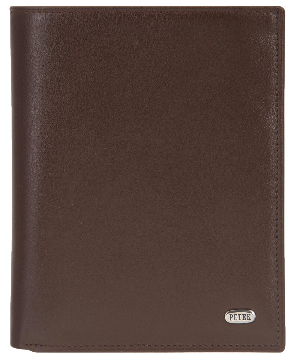 Портмоне мужское Petek 1855, цвет: коричневый. 251.000.222INT-06501Стильное мужское портмоне Petek 1855 выполнено из натуральной кожи с зернистой поверхностью. Лицевая сторона оформлена металлической пластиной с гравировкой в виде названия бренда.Изделие раскладывается пополам. Портмоне содержит четыре кармашка для кредиток или пластиковых карт, два потайных кармана, конверт для монет, закрывающийся клапаном на застежку-кнопку, два кармана с окошком из прозрачного материала для фотографий или документов и одно отделение для купюр.Изделие упаковано в фирменную коробку.Такое портмоне станет отличным подарком для человека, ценящего качественные и стильные вещи.