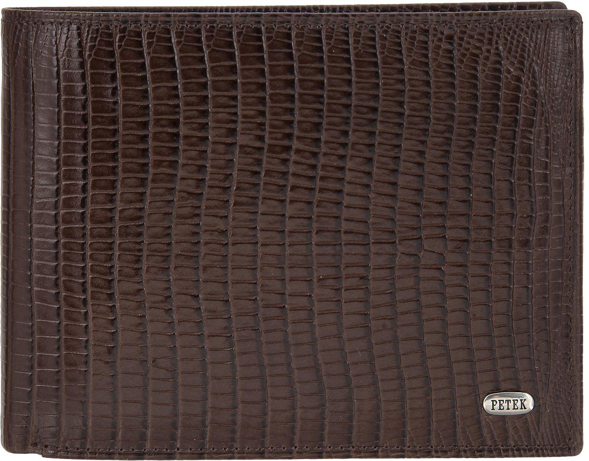 Портмоне мужское Petek 1855, цвет: темно-коричневый. 220.041.02BM8434-58AEСтильное мужское портмоне Petek 1855 выполнено из натуральной кожи декорированной тиснением под кожу рептилии. Лицевая сторона оформлена металлической пластиной с гравировкой в виде названия бренда.Изделие раскладывается пополам. Портмоне содержит двенадцать карманов для визиток и кредитных карт, семь потайных карманов, один плоский карман с сетчатым окошком и два кармана для купюр.Изделие упаковано в фирменную коробку.Такое портмоне станет отличным подарком для человека, ценящего качественные и стильные вещи.