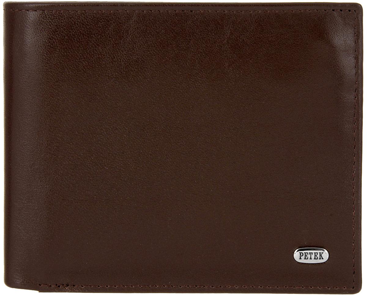 Портмоне мужское Petek 1855, цвет: коричневый. 2170.000.2221-022_516Стильное мужское портмоне Petek 1855 выполнено из натуральной кожи с зернистой поверхностью. Лицевая сторона оформлена металлической пластиной с гравировкой в виде названия бренда.Изделие раскладывается пополам. Портмоне содержит четыре кармана для визиток и кредитных карт (один из которых с окошком из прозрачного сетчатого материала), три потайных кармана, конверт для монет, закрывающийся клапаном на застежку-кнопку, под клапаном плоский карман с сетчатым окошком и три кармана для купюр, один из которых на застежке-молнии.Изделие упаковано в фирменную коробку.Такое портмоне станет отличным подарком для человека, ценящего качественные и стильные вещи.