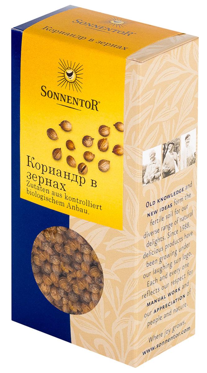 Sonnentor Кориандр в зернах, 35 г411311Зерна кориандра имеют сладковатый вкус и специфический запах зелени из-за присутствия в нем эфирного масла и применяют в качестве ароматизации. Попробуйте замариновать баранью ножку в оливковом масле с добавлением соли, перца и кориандра, обернуть в капустные листья и запечь в фольге в духовке. Мясо будет таять во рту. Специфический мягкий аромат кориандра подходит для каждого мясного блюда, блюд из курицы. Кориандр улучшает вкус блюд из гороха и фасоли, чечевицы и капусты. Овощные пюре из моркови, тыквы, красной свеклы с добавлением кориандра изменяют свои вкусовые качества в лучшую сторону, становятся более ароматными и пряными на вкус. Он очень хорошо сочетается с чесноком и перцем чили. Кроме того, это уникальный ингредиент для соусов, тортов и сладкой выпечки.
