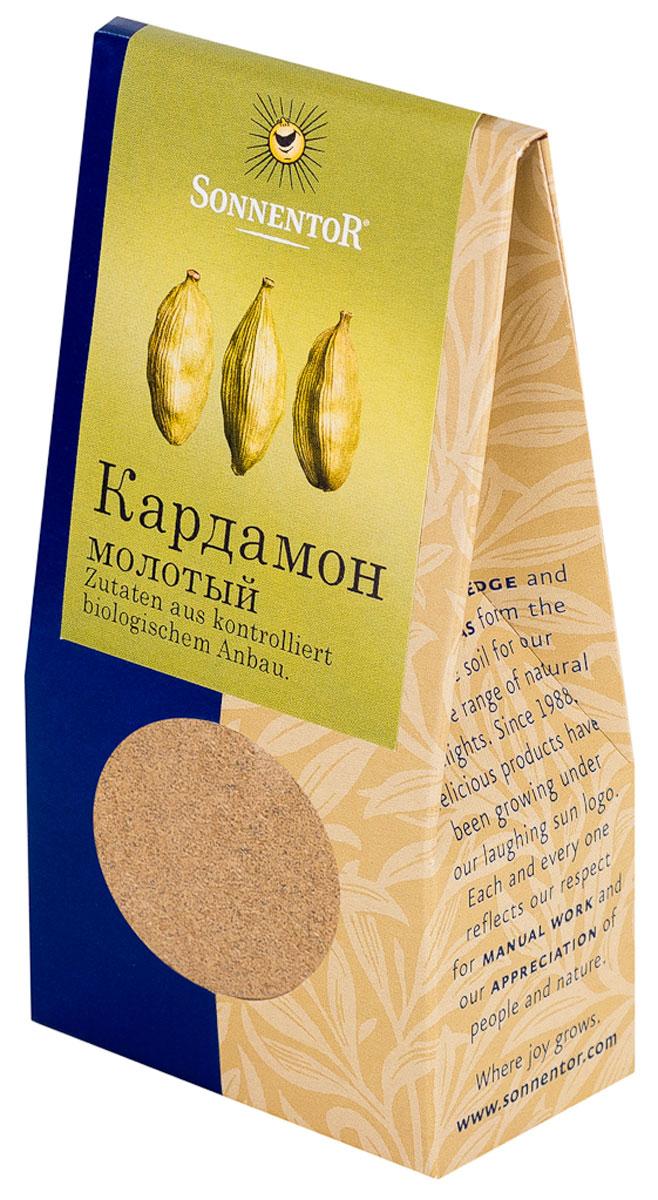 Sonnentor: Кардамон молотый, 35 г742614Кардамон от Sonnentor - это кусочек роскоши на вашей кухне: как шафран и ваниль, он является одной из самых дорогих пряностей в мире. Его аромат, в котором сочетаются дымные, цветочные и сладкие нотки просто невозможно забыть. Наверное, поэтому кардамон является одним из базовых элементов для многих блюд арабской и индийской кухни.Аромат кардамона - это аромат Востока. В европейской части света кардамон обязательно добавляют в пряники, печенье и некоторые сорта хлеба. Его освежающе-пряная нотка сделает более пикантным фруктовый салат, тушеные или печеные яблоки. А те, кто любит варить кофе, зачастую используют эту пряность для того, чтобы подчеркнуть благородный вкус бодрящего напитка и наполнить дом ароматом Востока.