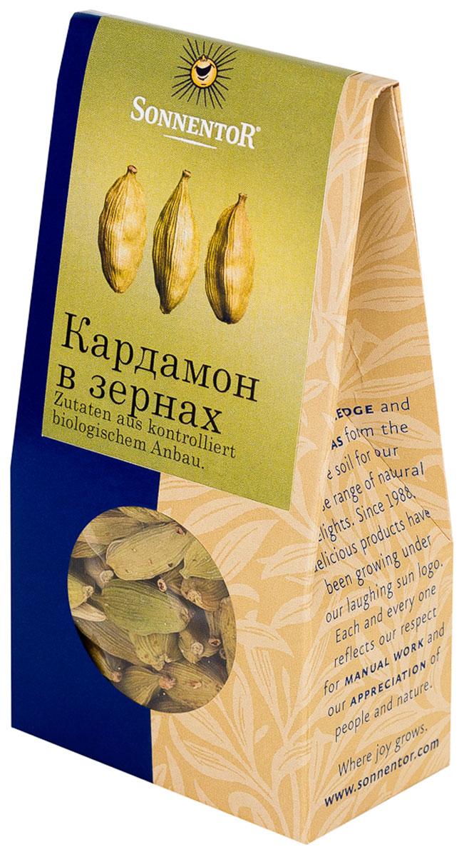 Sonnentor: Кардамон в зернах, 30 г0120710Кардамон Sonnentor - это кусочек роскоши на вашей кухне: как шафран и ваниль, он является одной из самых дорогих пряностей в мире. Его аромат, в котором сочетаются дымные, цветочные и сладкие нотки просто, невозможно забыть. Наверное, поэтому кардамон является одним из базовых элементов для многих блюд арабской и индийской кухни. Аромат кардамона - это аромат Востока.В европейской части света кардамон обязательно добавляют в пряники, печенье и некоторые сорта хлеба. Его освежающе-пряная нотка сделает более пикантным фруктовый салат, тушеные или печеные яблоки. А те, кто любит варить кофе, зачастую используют эту пряность для того, чтобы подчеркнуть благородный вкус бодрящего напитка и наполнить дом ароматом Востока.