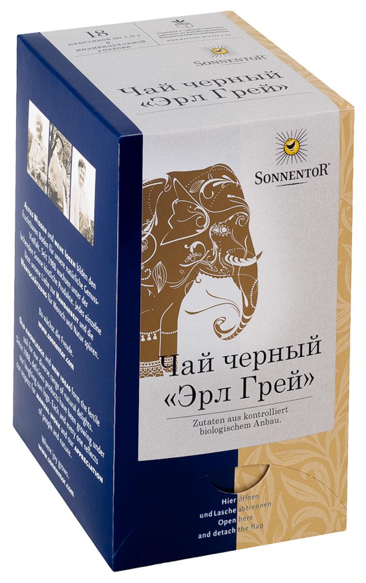 Sonnentor Эрл Грей ароматизированный черный чай в пакетиках, 18 шт0120710Что может быть более английским, чем черный чай? Этой самой английской традиции уже больше 300 лет. Легенда гласит, что один английский граф по имени Чарльз Грей привез с собой этот рецепт из Китая. Элегантный солодовый напиток сразу стал излюбленным в высшем обществе, и употребляется, по сей день, особенно на так называемых файв-о-клок.Черный чай Sonnentor Эрл Грей с богатой традицией и благородным привкусом бергамота (цитрусовый плод), выращенного на экологически чистых плантациях, и добавляемого к чаю. Утонченное чайное наслаждение с ноткой свежести и плодовой бодрости. Листья чая после ручной сборки обрабатываются между двумя вращающимися пластинами, в результате чего выжимается клеточный сок из листьев. В результате последующей ферментации (естественного окисления клеточного сока в контакте с воздухом) чайный лист меняет цвет и становится коричнево-черным. Листья высушиваются на горячем воздухе и классифицируются по качеству и размеру.Элегантный чай хорошо сочетается с утонченными пирожными и кексами в полдник. Его пьют с молоком и сахаром на завтрак. Черный чай может стать прекрасным дополнением к блюдам из зерновых и овощей . Кроме того, черный чай способствует пищеварению, его можно пить с молоком к десерту. Такой чай обязательно подается к темным шоколадным пирожным, творожным десертам.При заваривании чайного пакетика Sonnentor Эрл Грей приобретает яркий янтарный цвет. Цветочный аромат дополнен горьким апельсином. Чай отличается мягким терпким вкусом и утонченной ноткой обжаренного солода. Несравненное послевкусие – пряный цветочный привкус.