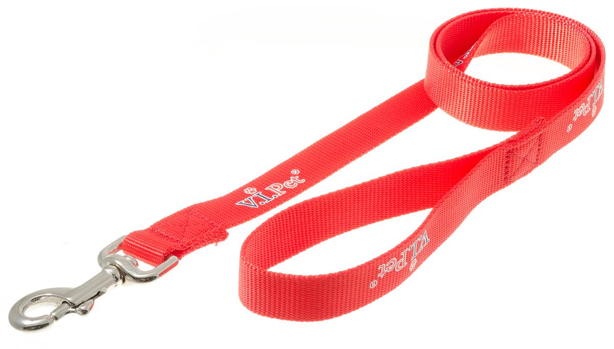 Поводок для собак V.I.Pet, цвет: красный, ширина 25 мм, длина 1,2 м0120710Поводок с карабином V.I.Pet, изготовленный из нейлона, предназначен для выставок и повседневного выгула. Материал поводка отличается повышенной прочностью, мало подвержен механическому воздействию, поэтому надолго сохранит аккуратный внешний вид и насыщенность цвета. Вращающийся вертлюг карабина предотвращает перекручивание поводка.