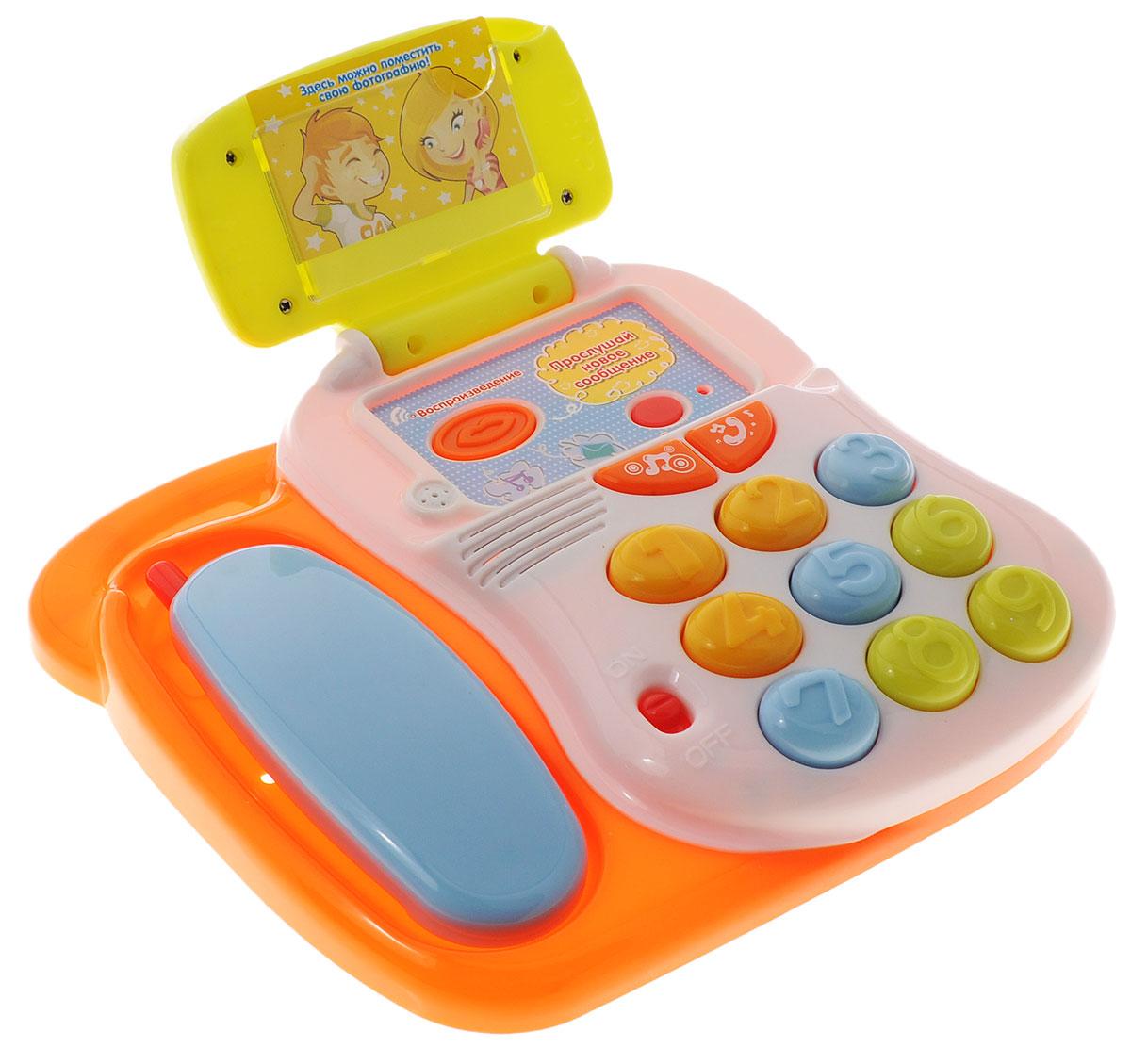 """Развивающая игрушка """"Говорящий телефон"""" со звуковыми и световыми эффектами, непременно понравится вашему малышу и станет для него любимой игрушкой. Ребенок познакомится со стандартными звуками набора номера, дозвона, длинными или короткими гудками, а также несколькими веселыми мелодиями. У телефона имеется функция записи - 10 секунд. В верхнее окошко можно вставить фотографию. Порадуйте своего ребенка таким замечательным подарком! Для работы необходимо 2 батарейки типа АА (комплектуется демонстрационными)."""