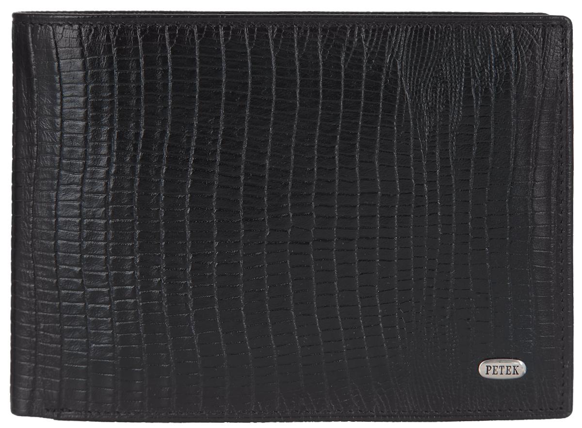 Портмоне мужское Petek 1855, цвет: черный. 265.041.01T0CF8KQHXСтильное мужское портмоне Petek выполнено из натуральной кожи с тиснением под рептилию и оформлено металлической фурнитурой с символикой бренда.Изделие раскладывается пополам. Внутри размещены два отделения для купюр, накладной карман, отделение для монет с клапаном на кнопке, три накладных сетчатых кармана. В отделении для купюр расположены четыре кармашка для кредитных карт или визиток.Изделие поставляется в фирменной упаковке.Стильное портмоне Petek станет отличным подарком для человека, ценящего качественные и практичные вещи.