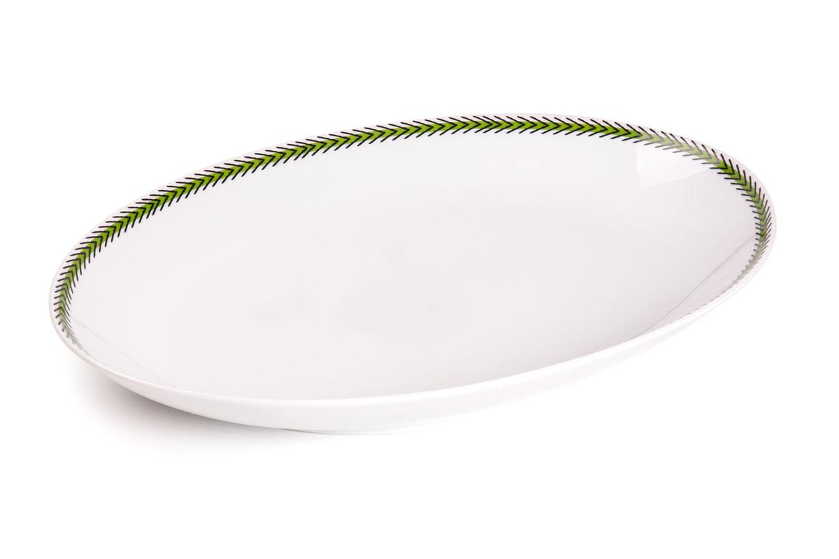 Блюдо овальное La Rose Des Sables Monalisa, цвет: белый, зеленый, 22 см х 15 см94672Овальное блюдо La Rose Des Sables Monalisa - прекрасное дополнение праздничного стола. Изделие выполнено из высококачественного фарфора и по кромке оформлено оригинальным орнаментом. Фарфор марки La Rose Des Sables изготавливается из уникальной белой глины, которая добывается во Франции, в знаменитой провинции Лимож. Особые свойства этой глины, открытые еще в 18 веке, позволяют создать удивительно тонкую, легкую и при этом прочную посуду. Лиможский фарфор известен по всему миру. Это символ утонченности, аристократизма и знак высокого вкуса. Продукция импортируется в европейские страны и производится под брендом La Rose des Sables, что в переводе означает Роза песков. Преимущества этого фарфора заключаются в устойчивости к сколам и трещинам, что возможно благодаря двойному термическому обжигу. Посуда имеет маркировку Pate de Limoges, подтверждающую, что сырье для ее изготовления добыто именно в провинции Лимож, а качество соответствует европейским стандартам. Производство расположено в Тунисе. Коллекции бренда La Rose Des Sables самые разнообразные, от изделий в лаконичном и современном дизайне - отличный выбор на каждый день, до роскошной посуды с позолотой - для особого случая и праздничной сервировки стола.