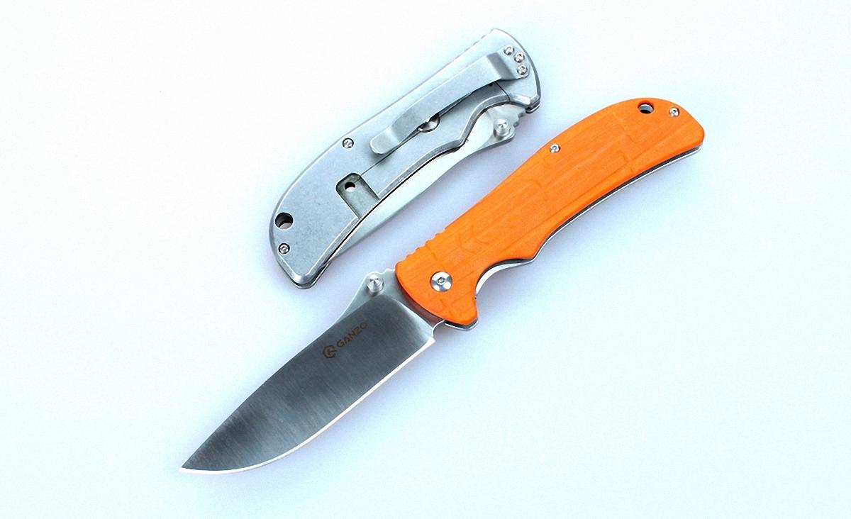 Нож Ganzo G723 оранжевыйG723-ORНож Ganzo G723 изготовлен таким образом, чтобы объединить практичность и привлекательный дизайн. Он предназначен для использования во время отдыха за городом или же в качестве карманного ножа на каждый день.Для того, чтобы нож мог прослужить долгое время, его клинок сделан из нержавеющей стали высокого качества -440С. Этот сплав отличается хорошей сопротивляемостью к коррозии и, в то же время, достаточно большой твердостью — порядка 58 HRC. Благодаря этому, нож долго остается острым даже без регулярного подтачивания. Длина лезвия ножа составляет 9,5 см при его толщине по обуху 0,4 см. Вместе с рукояткой длина готового к работе ножа составляет 21,5 см. В закрытом же виде он гораздо более компактный — всего 12 см в длину.Чтобы носить сложенный нож было удобно и безопасно, производители выбрали для него популярный тип замка FrameLock. Он известен высокой надежностью и простотой использования. Исходя из особенностей фиксирующего механизма, основой рукоятки ножа является металлическая пластина. Пластиковая накладка украшает лицевую сторону ручки. Для нее использован прочный стеклопластик G10, который известен своей износостойкостью. Поверхность накладки — не ровная, что сделано специально для более крепкого захвата ножа. Также на рукоятке предусмотрены клипса и отверстие для темляка, чтобы владелец ножа мог закрепить его, например, на лямке рюкзака.Вес модели Ganzo G723 составляет 180 г, что совсем не много для ножа, который станет лучшим помощником в приготовлении походного обеда или выполнении важнейших в загородных условиях видов мелких работ. Этот нож безусловно понравится рыбакам, охотникам, путешественникам и другим людям, которые предпочитают отдыхать активно.Особенности:компактная складная конструкция; нержавеющий клинок из стали 440С; общая длина ножа в рабочем состоянии — 21,5 см; длина клинка составляет 9,5 см; твердость стали составляет 58HRC; нож весит 180 г; клинок с заточкой plain. Гарантия: Гарантия на нож Ganzo G723 действу