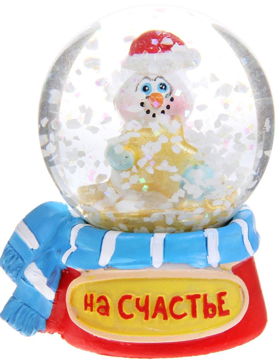 Новогодний водяной шар Sima-land На счастье. Снеговик, диаметр 4,5 см38704/75072Новогодний водяной шар Sima-land На счастье. Снеговик прекрасно подойдет для праздничного декора вашего дома. Изделие представляет собой прозрачную сферу с безопасной и нетоксичной жидкостью внутри. Шар помещен на подставку, выполненную из полистоуна и декорированную надписью На счастье. Шар оформлен фигуркой забавного снеговика. Если потрясти его, то маленькие снежинки и блестки придут в движение, создавая имитацию снегопада. Такой шар поможет вам украсить дом в преддверии Нового года, а также станет приятным подарком, который надолго сохранит память этого волшебного времени года.