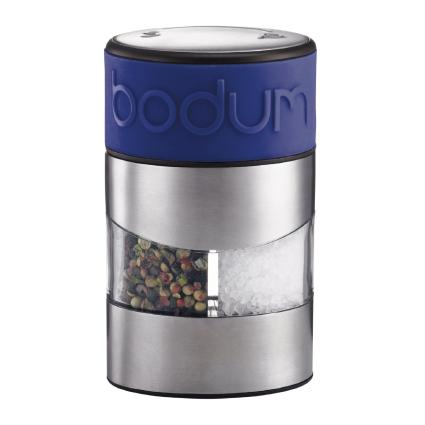 Мельница для перца и соли Bodum Twin, цвет: синийVT-1520(SR)Мельница для перца и соли Bodum Twin, выполненная из прозрачного стекла и нержавеющей стали, позволяет солить и перчить одновременно. В верхней части мельницы имеется цветная силиконовая вставка. Мельница легка в использовании: одним поворотом силиконовой части мельницы приспособление переключается с солонки на перечницу, и вы сможете поперчить или добавить соль по своему вкусу в любое блюдо. Прочный керамический механизм позволяет молоть практически без усилий. Благодаря прозрачной конструкции легко определить, когда соль или перец заканчиваются. Оригинальная мельница модного дизайна будет отлично смотреться на вашей кухне и станет незаменимым предметом при приготовлении пищи.Мельниц уже содержит внутри соль и перец.Размер мельницы: 6,5 см х 6,5 см х 11 см.