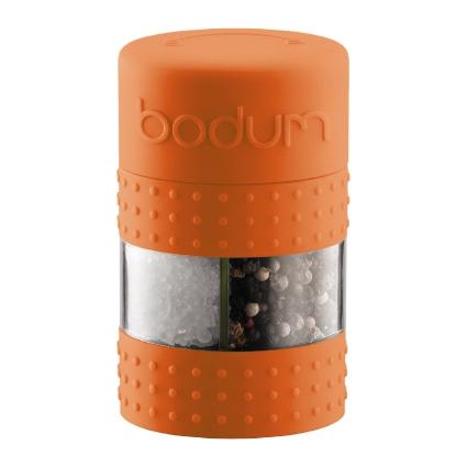 Мельница для перца и соли Bodum Bistro, цвет: оранжевыйH335020Мельница для соли и перца Bodum Bistro, выполненная из прозрачного стекла и пластика, резины и стали, позволяет солить и перчить одновременно - это превосходное партнерство. В верхней части мельницы имеется силиконовая вставка. Мельница легка в использовании: одним поворотом силиконовой части мельницы приспособление переключается с солонки на перечницу, и вы сможете поперчить или добавить соль по своему вкусу в любое блюдо. Прочный керамический механизм позволяет молоть практически без усилий.Благодаря прозрачной конструкции легко определить, когда соль или перец заканчиваются. Оригинальная мельница модного дизайна будет отлично смотреться на вашей кухне.Мельница уже содержит внутри соль и перец.Размер мельницы: 6,5 см х 6,5 см х 11 см.
