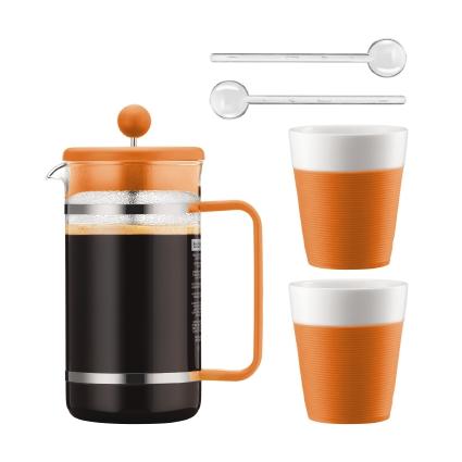 Набор кофейный Bodum Bistro, цвет: оранжевый, белый, 5 предметов115010Сочетание эстетики стекла и пластика ярких цветов превращает Bodum Bistro в элегантный аксессуар, создающий атмосферу утонченности и уюта. Кофейник с френч-прессом, две кружки и удлиненные ложки для безопасного размешивания - набор из пяти предметов органично дополнит интерьеркухни или выступит отличным подарком на знаменательную дату.Колба кофейника и чашки Bodum Bistro изготовлены из боросиликатного стекла, устойчивого не только к высокой температуре, но и царапинам, потертостям и прочим мелким повреждениям. В набор входят:Кофейник с прессом, 1 л; 2 стакана по 300 мл; 2 мерные ложки.
