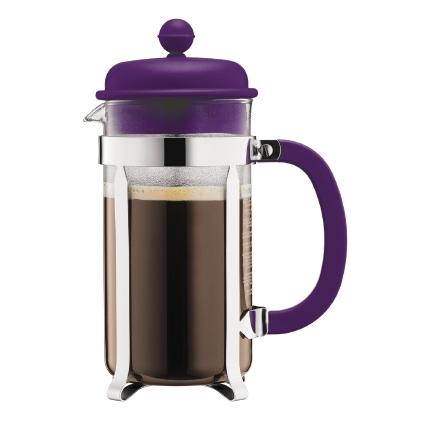 Кофейник Bodum Caffettiera, с прессом, цвет: фиолетовый, 1 лVT-1520(SR)Кофейник Bodum Caffettiera представляет собой колбу из термостойкого стекла в оправе из полированной нержавеющей стали. Кофейник оснащен фильтром french press из нержавеющей стали, который позволяет легко и просто приготовить отличный напиток. Ручка и крышка кофейника выполнены из прочного пластика. Благодаря такому кофейнику приготовление вкуснейшего ароматного и крепкого кофе займет всего пару минут. Настоящим ценителям натурального кофе широко известны основные и наиболее часто применяемые способы его приготовления: эспрессо, по-турецки, гейзерный. Однако существует принципиально иной способ, известный как french press, благодаря которому приготовление ароматного напитка стало гораздо проще. Весь процесс приготовления кофе займет не более 7 минут.