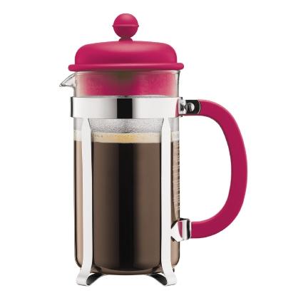 Кофейник Bodum Caffettiera, с прессом, цвет: розовый, 1 л54 009303Кофейник Bodum Caffettiera представляет собой колбу из термостойкого стекла в оправе из полированной нержавеющей стали. Кофейник оснащен фильтром french press из нержавеющей стали, который позволяет легко и просто приготовить отличный напиток. Ручка и крышка кофейника выполнены из прочного пластика. Благодаря такому кофейнику приготовление вкуснейшего ароматного и крепкого кофе займет всего пару минут. Настоящим ценителям натурального кофе широко известны основные и наиболее часто применяемые способы его приготовления: эспрессо, по-турецки, гейзерный. Однако существует принципиально иной способ, известный как french press, благодаря которому приготовление ароматного напитка стало гораздо проще. Весь процесс приготовления кофе займет не более 7 минут.