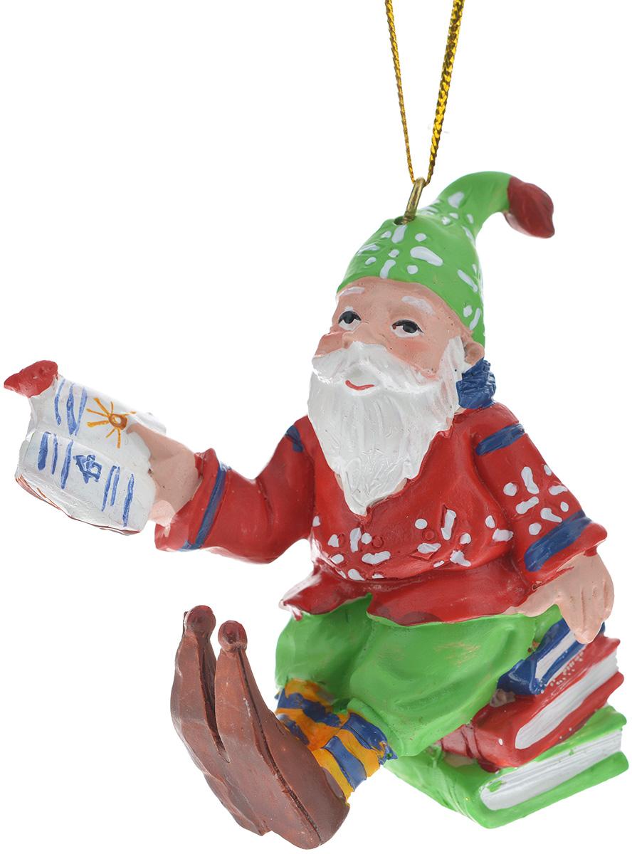 Новогоднее подвесное украшение Феникс-презент Гном-ученый702624_серебристый, желтыйНовогоднее украшение Феникс-презент Гном-ученый, изготовленное из высококачественного полирезина, прекрасно подойдет для праздничного декора дома и новогодней ели. Изделие выполнено в виде гнома, сидящего на книгах. С помощью специальной текстильной петельки его можно повесить в любом понравившемся вам месте. Но, конечно, удачнее всего такая игрушка будет смотреться на праздничной елке. Елочная игрушка - символ Нового года. Она несет в себе волшебство и красоту праздника. Создайте в своем доме атмосферу веселья и радости, украшая новогоднюю елку нарядными игрушками, которые будут из года в год накапливать теплоту воспоминаний.