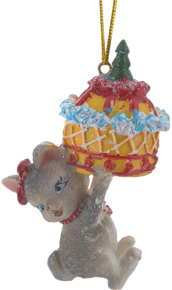 Новогоднее подвесное украшение Феникс-презент Мышь с тортомNLED-454-9W-BKНовогоднее украшение Феникс-презент Мышь с тортом, изготовленное из высококачественного полирезина, прекрасно подойдет для праздничного декора дома и новогодней ели. Изделие выполнено в виде мыши с тортом. С помощью специальной текстильной петельки его можно повесить в любом понравившемся вам месте. Но, конечно, удачнее всего такая игрушка будет смотреться на праздничной елке. Елочная игрушка - символ Нового года. Она несет в себе волшебство и красоту праздника. Создайте в своем доме атмосферу веселья и радости, украшая новогоднюю елку нарядными игрушками, которые будут из года в год накапливать теплоту воспоминаний.