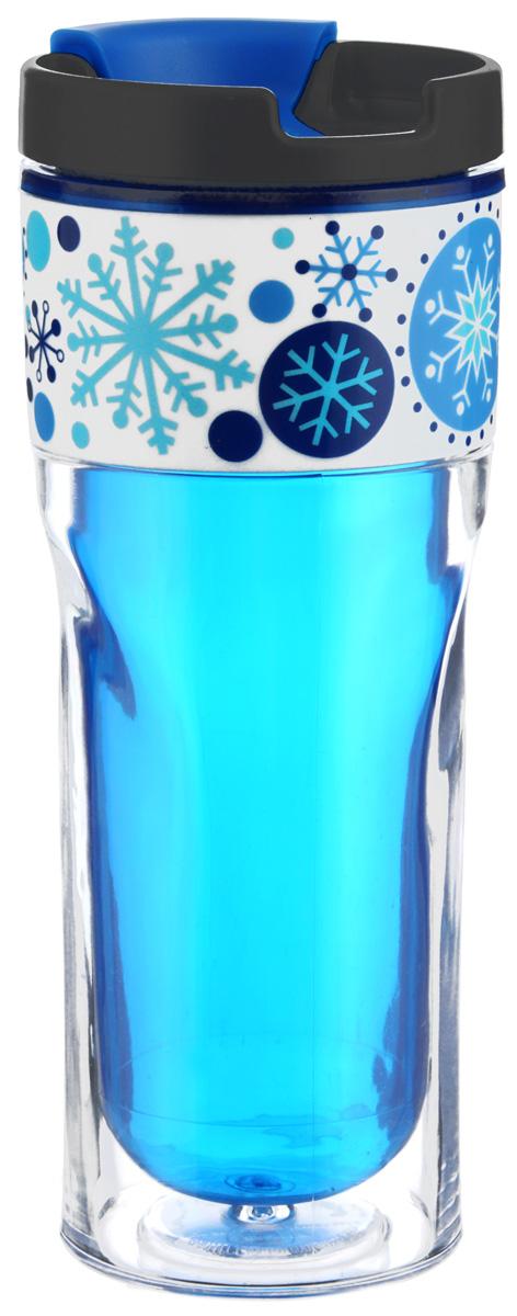 Термокружка Cool Gear Зимняя сказка, с двойными стенками, цвет: синий, черный, 420 мл115510Термокружка Cool Gear Зимняя сказка выполнена из пластика и оформлена оригинальным рисунком. Изделие имеет двойные стенки, которые не дают рукам обжечься, при этом надолго сохраняя первоначальную температуру жидкости. Термокружка оснащена крышкой с клапаном для предотвращения проливания жидкости. Дно имеет размер автомобильного подстаканника. Термокружка Cool Gear Зимняя сказка позволит вам в любой момент насладиться любимым напитком. Высота (без учета крышки): 19 см.Диаметр дна: 7 см. Диаметр по верхнему краю: 8 см.