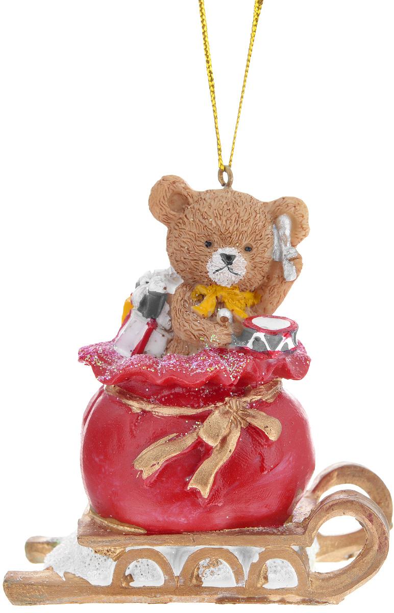Новогоднее подвесное украшение Феникс-презент Мишка в мешке с подарками701534_золотистыйНовогоднее украшение Феникс-презент Мишка в мешке с подарками, изготовленное из высококачественного полирезина, прекрасно подойдет для праздничного декора дома и новогодней ели. Изделие выполнено в виде мишки в мешке с подарками. С помощью специальной текстильной петельки его можно повесить в любом понравившемся вам месте. Но, конечно, удачнее всего такая игрушка будет смотреться на праздничной елке. Елочная игрушка - символ Нового года. Она несет в себе волшебство и красоту праздника. Создайте в своем доме атмосферу веселья и радости, украшая новогоднюю елку нарядными игрушками, которые будут из года в год накапливать теплоту воспоминаний.
