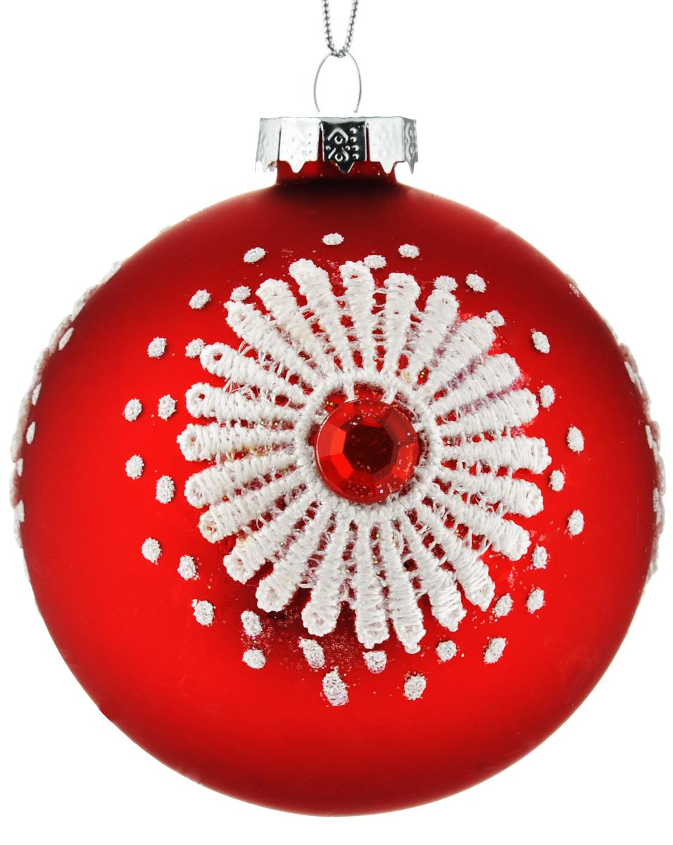 Новогоднее подвесное украшение Феникс-Презент Кружева, диаметр 8 см38975Новогоднее украшение Феникс-Презент Кружева отлично подойдет для декорации вашего дома и праздничной ели. Изделие выполнено из стекла в виде шара, декорированного оригинальным узором, и оснащено текстильной петелькой для подвешивания. Елочная игрушка - символ Нового года. Она несет в себе волшебство и красоту праздника. Создайте в своем доме атмосферу веселья и радости, украшая всей семьей новогоднюю елку нарядными игрушками, которые будут из года в год накапливать теплоту воспоминаний.