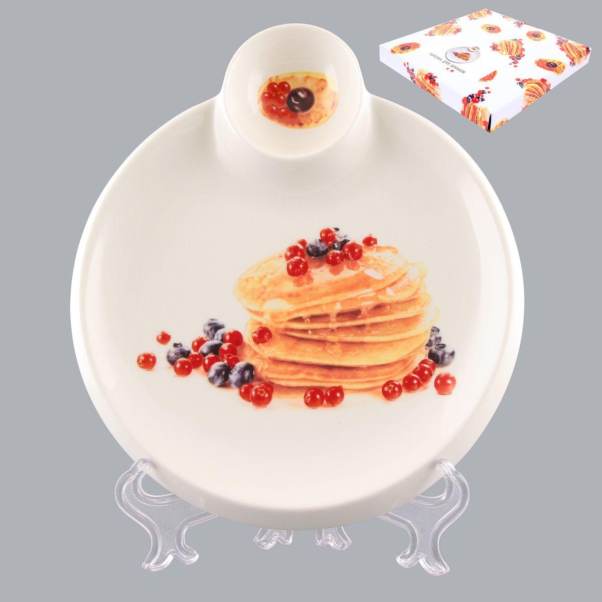 Тарелка для блинов Elan Gallery Блины с ягодами, с соусницей, диаметр 20 смVT-1520(SR)Круглая тарелка Elan Gallery Блины с ягодами, изготовленная из керамики и декорированная ярким и аппетитным изображением, позволит красиво подать блины. А благодаря небольшой соуснице вам не потребуется дополнительной посуды под варенье или соус. Такая тарелка украсит сервировку вашего стола и подчеркнет прекрасный вкус хозяина, а также станет отличным подарком. Диаметр тарелки: 20 см. Высота: 2 см. Диаметр соусницы: 6 см.
