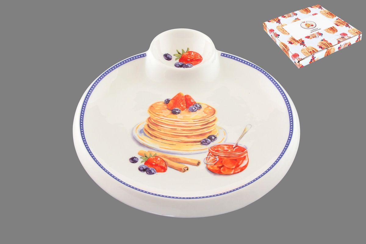 Тарелка для блинов Elan Gallery Блины с банкой варенья, с соусницей, диаметр 20 см115510Круглая тарелка Elan Gallery Блины с банкой варенья, изготовленная из керамики и декорированная ярким и аппетитным изображением, позволит красиво подать блины. А благодаря небольшой соуснице вам не потребуется дополнительной посуды под варенье или соус. Такая тарелка украсит сервировку вашего стола и подчеркнет прекрасный вкус хозяина, а также станет отличным подарком. Диаметр тарелки: 20 см. Высота: 2 см. Диаметр соусницы: 6 см.